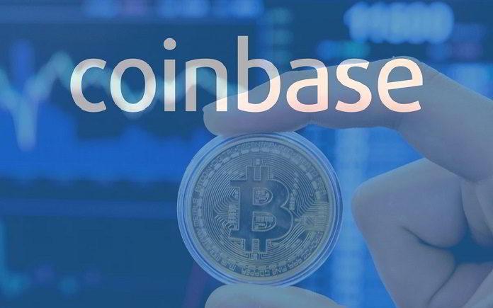 Coinbase moneta Bitcoin trzymana między palcami
