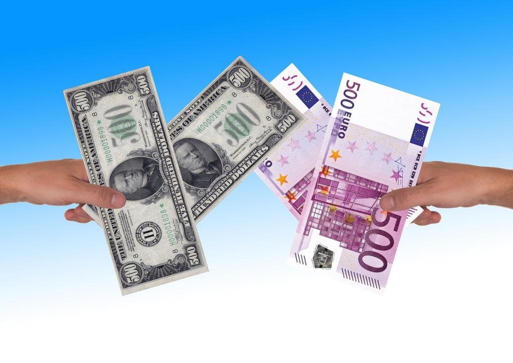 Dłonie trzymające Euro i dolary